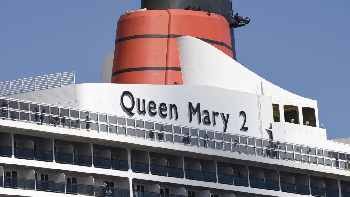 Passerelle du queen mary 2 avant le d part de the for Garderobe queen mary 2
