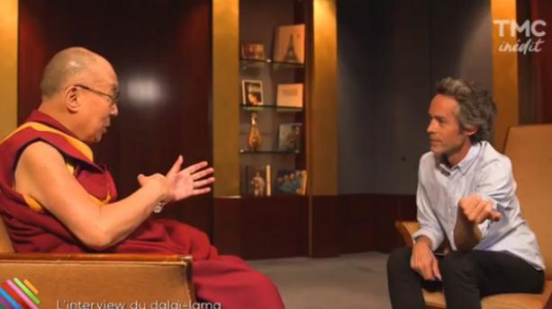 Yann Barthès fait traduire son tatouage tibétain par le dalaï,lama
