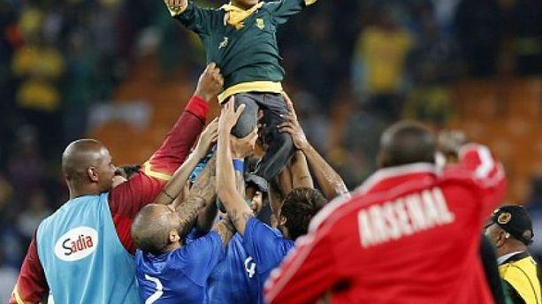 La Seleçao de Neymar porte en triomphe un petit supporter sud-africain