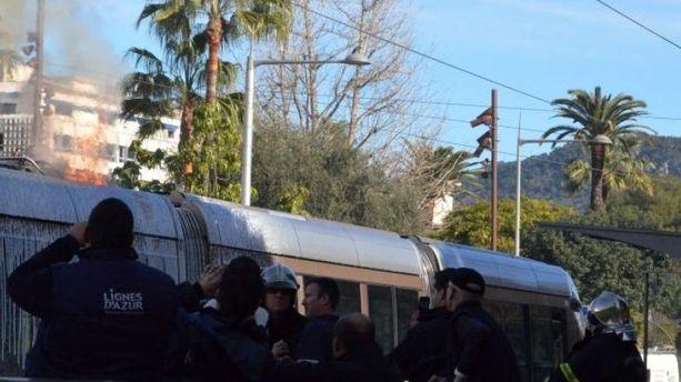 Un tram prend feu en plein centre de Nice