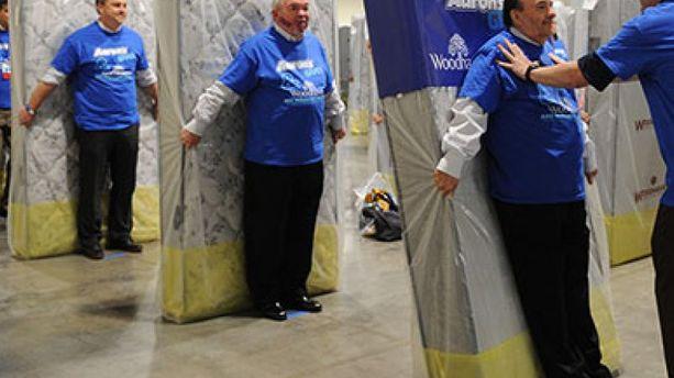 VIDÉO – Ils font un gigantesque domino humain avec matelas (et battent un record)