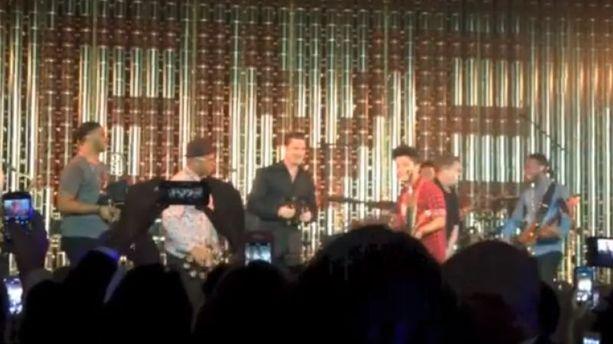 VIDÉO - Quand Brad Pitt joue du tambourin pour Bruno Mars