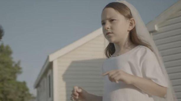 deadly valentine charlotte gainsbourg filme ses filles alice et joe dans le clip de son. Black Bedroom Furniture Sets. Home Design Ideas