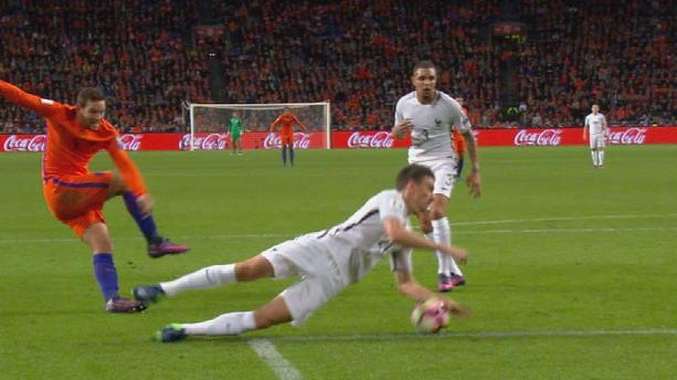 Pays-Bas - France (0-1) : la main de Koscielny aurait-elle dû amener un penalty ?