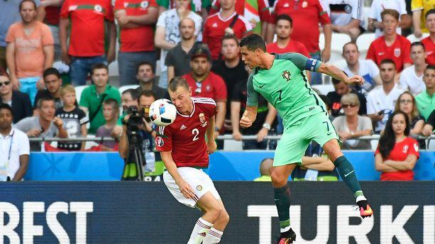 Le Portugais Cristiano Ronaldo face au Hongrois Adam Lang lors de l'Euro 2016.